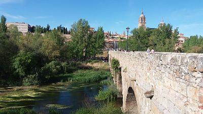 Lunes de Aguas. Estudiantes en el Puente Romano